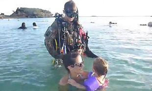 Αυτή είναι έκπληξη: Ο μπαμπάς επέστρεψε ...δια θαλάσσης (video)