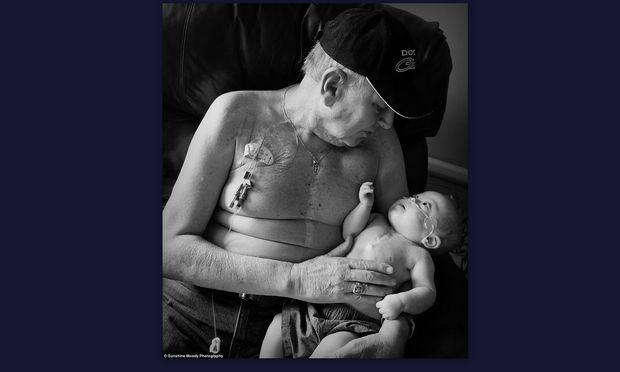 Η ασπρόμαυρη φωτογραφία παππού και εγγονού που συγκίνησε το διαδίκτυο