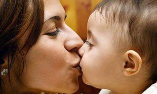 Αυτός είναι ο λόγος που δεν πρέπει να φιλάτε στο στόμα τα παιδιά σας!
