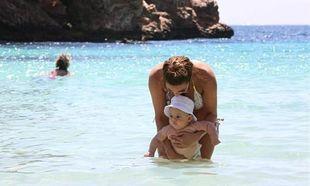 Πιο sexy από ποτέ απολαμβάνει τις διακοπές της μαζί με τον λίγων μηνών γιο της!