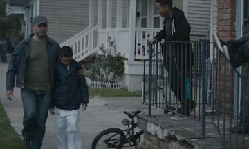 Μπαμπάς περνά με τον φοβισμένο γιο του, δίπλα από τους νταήδες - Δείτε τι συμβαίνει μετά (vid)