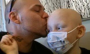 Πατέρας αποφάσισε να συμπαρασταθεί στον καρκινοπαθή γιο του με έναν μοναδικό τρόπο