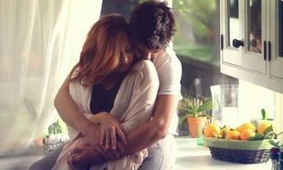 Το απίστευτο πράγμα που συμβαίνει όταν ένας άντρας αγκαλιάζει μια γυναίκα