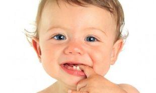 Πώς θα καταλάβω ότι το μωρό μου ετοιμάζεται να βγάλει το πρώτο του δοντάκι;