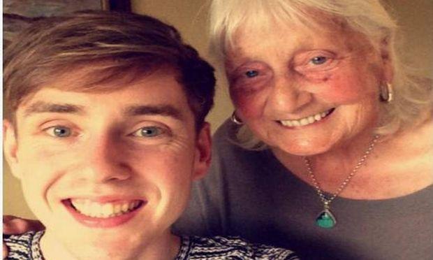 Εγγονός κάνει viral την ευγενική αναζήτηση της γιαγιάς του στο Google
