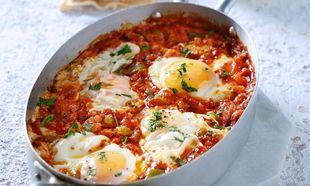 Καλοκαιρινός μεζές: Αβγά με σάλτσα ντομάτας