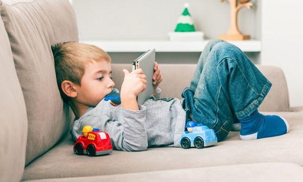 Το παιχνίδι με tablet και smartphones έχει επιπτώσεις στη μυοσκελετική ανάπτυξη των παιδιών