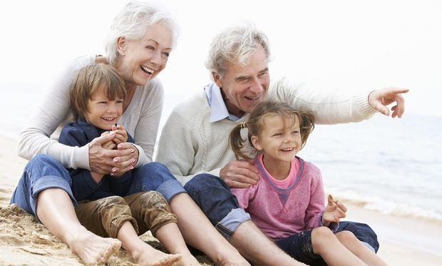 Ο παππούς και η γιαγιά σας σαμποτάρουν σε σχέση με τα παιδιά σας: Τί να κάνετε;