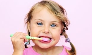Οι διατροφικές συνήθειες που «απειλούν» τα παιδικά δόντια το καλοκαίρι