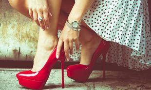 Μετά το πολύ «φλατ» της εγκυμοσύνης, μήπως πονάνε τα πόδια σας κάθε φορά που βάζετε τακούνια;