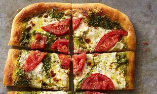 Γρήγορη πίτσα με πέστο και μοτσαρέλα