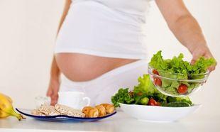 Διατροφή στην εγκυμοσύνη: Ποιες είναι οι απαραίτητες τροφές