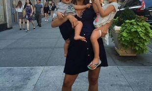 Διάσημη εγκυμονούσα μαμά, κρατά στην αγκαλιά τα δυο παιδιά της