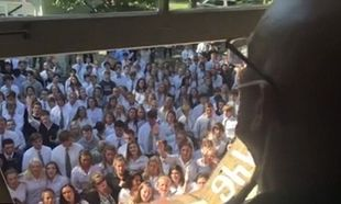 Συγκινεί η πράξη συμπαράστασης μαθητών σε καθηγητή του σχολείου τους ο οποίος πάσχει από καρκίνο (βίντεο)