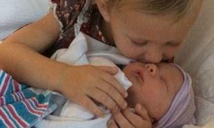 Μπαμπάς και κόρη αγκαλιάζουν τρυφερά το νέο μέλος της οικογένειάς τους (φωτό και βίντεο)