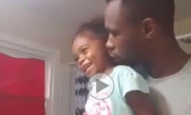 Το βίντεο που κάνει το γύρο του διαδικτύου: Ένας μπαμπάς μαθαίνει στην κόρη του πως να έχει αυτοπεποίθηση