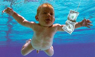 To 4 μηνών μωρό από το εξώφυλλο των Νirvana μεγάλωσε... και φωτογραφίζεται ξανά όπως τότε