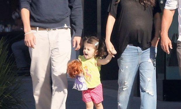 Οικογενειακή βόλτα μαζί με την κόρη τους, λίγο πριν υποδεχτούν το δεύτερο παιδί τους
