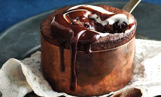 Λαχταριστό και ρευστό σουφλέ σοκολάτας χωρίς μίξερ