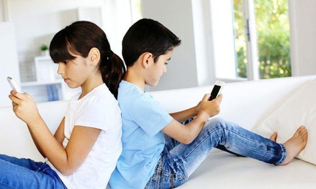 Τα αγόρια συμπεριφέρονται διαφορετικά από τα κορίτσια όταν είναι online