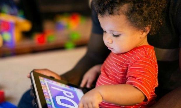 Oι γιατροί χαλαρώνουν τους κανόνες για την έκθεση παιδιών σε οθόνες