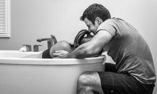 Φωτογραφίες που δείχνουν το άγχος, τη χαρά και την αγωνία ενός μπαμπά, τη στιγμή του τοκετού