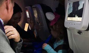 Αυτός ο απίθανος μπαμπάς έδωσε στους επιβάτες μιας πτήσης καραμέλες για έναν υπέροχο λόγο
