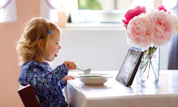 Πώς οι οθόνες μπορούν να δημιουργήσουν διαταραχές στην επικοινωνία σε βρέφη & παιδιά μέχρι 2 ετών