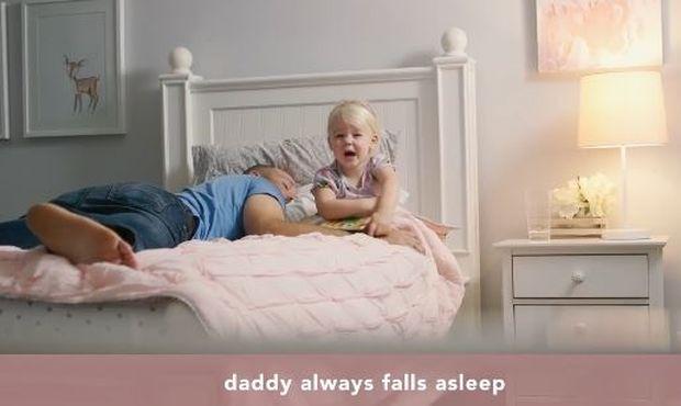 Απολαυστικό βίντεο: Ένα νήπιο συγκρίνει τη μαμά και τον μπαμπά (vid)