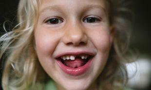 Πότε αλλάζουν τα πρώτα δόντια τα παιδιά και σε ποιες περιπτώσεις πρέπει να επισκεφθείτε οδοντίατρο