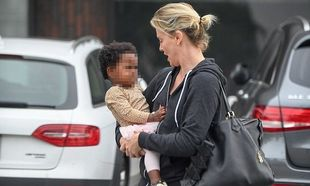 Η μαμά Charlize Theron φιλάει την κόρη της και τα φλας παίρνουν φωτιά