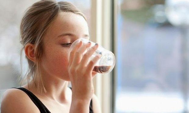 Η έμμηνος ρύση έρχεται νωρίτερα στα κορίτσια που πίνουν αναψυκτικά με ζάχαρη!