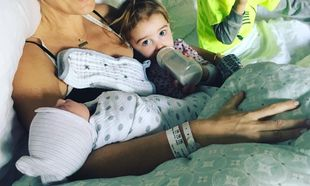 Βγήκε από το μαιευτήριο, επέστρεψε στο σπίτι και τα παιδιά της γνώρισαν τον νεογέννητο αδερφό τους (pics)