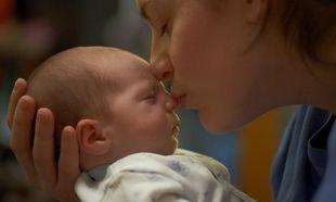 Κι όμως υπάρχουν τρόποι να δεθείτε με το νεογέννητο μωρό σας