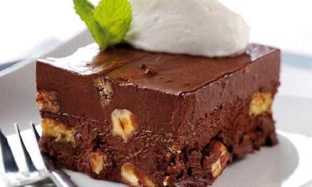 Σοκολατένιο γλύκισμα με γιαούρτι και ξηρούς καρπούς