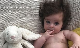 6 μηνών μωρό με πολύ -πολύ όμως- μαλλί τρελαίνει το internet!