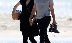 Στην παραλία με τον σύντροφό της, φορώντας μαύρα για να κρύψει τη φουσκωμένη της κοιλίτσα