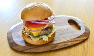 Το καλύτερο hamburger με σπιτική σάλτσα από τον Γιώργο Γεράρδο