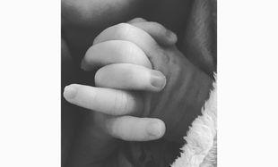 Γνωστό ζευγάρι ένα μήνα μετά τη γέννηση του γιου του, δημοσίευσε την πρώτη του φωτογραφία