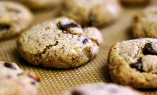 Νηστίσιμα κουλουράκια με αλεύρι φουντουκιού και σοκολάτα υγείας