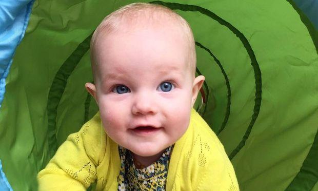 Γνωστός ηθοποιός μας δείχνει την κόρη του για πρώτη φορά, ένα χρόνο μετά τη γέννηση της