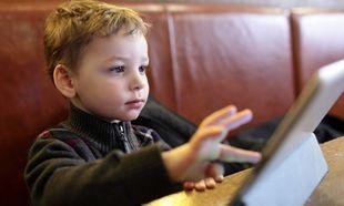 «Αφήνετε τα παιδιά να χρησιμοποιούν ηλεκτρονικά στο εστιατόριο;» Τι απαντούν οι γονείς