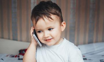 Τον κώδωνα του κινδύνου κρούουν οι ειδικοί: Μακριά τα κινητά τηλέφωνα από παιδιά κάτω των 12 ετών