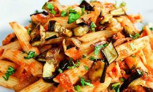Πέννες με κόκκινη σάλτσα, μελιτζάνες και φρέσκο μαϊντανό