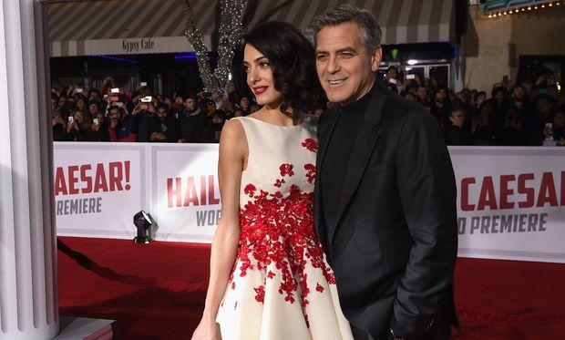 Πρώτη φορά μπαμπάς: O G. Clooney ποζάρει με δυο χαριτωμένα φορμάκια που προορίζονται για τα δίδυμα