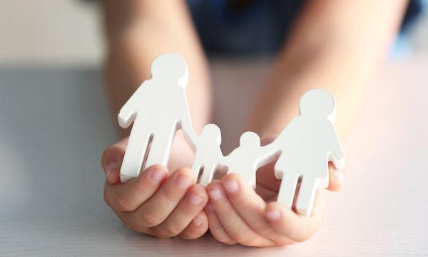 Ανατροπή στις διαδικασίες υιοθεσίας στην Ελλάδα -Τι αλλάζει στο όριο ηλικίας των θετών γονιών