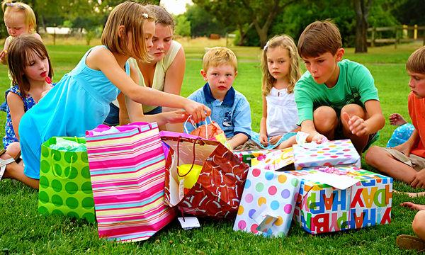 Γι' αυτούς τους λόγους είναι καλύτερο για τα παιδιά να μην ανοίγουν τα δώρα τους την ώρα του πάρτυ!
