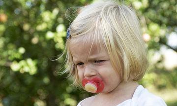 Πιπίλα: πότε και πώς πρέπει να κοπεί για να μην στραβώσουν τα δόντια του παιδιού