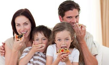 Mήπως τρώτε μαζί με τα παιδιά σας βλέποντας τηλεόραση; Ξανασκεφτείτε το