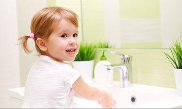 Τα χέρια μας πρέπει να τα πλένουμε με ζεστό ή κρύο νερό για να απομακρυνθούν τα μικρόβια;